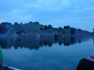 Blick über den Olympiasee auf die Menschenmassen auf der anderen Seite